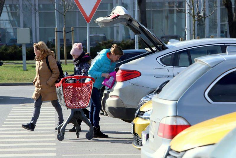 Pandēmija neattur. Cilvēki turpina apmeklēt lielveikalus
