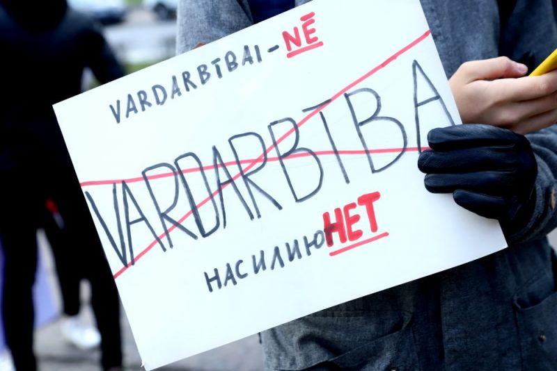 8.martā, Rīgā notikušais Sieviešu solidaritātes gājiens, kura mērķis bija iestāties pret vardarbību pret sievietēm, pulcēja vairāk nekā 250 dalībnieku
