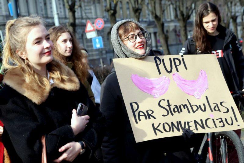 Šodien, 8.martā, Rīgā notikušais Sieviešu solidaritātes gājiens, kura mērķis bija iestāties pret vardarbību pret sievietēm, pulcēja vairāk nekā 250 dalībnieku.