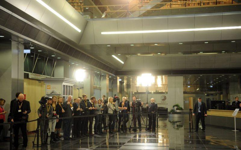 Žurnālisti pirms Eiropas Savienības aizsardzības ministru neformālās sanāksmes.