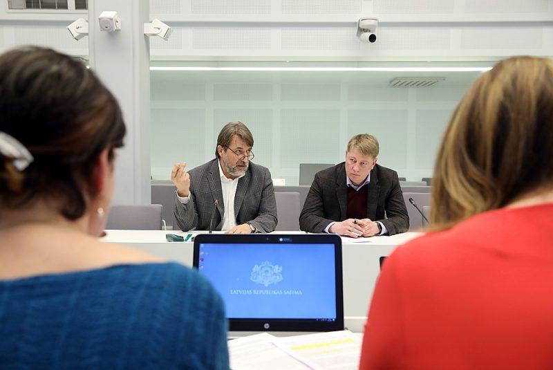 """Janvārī Saeimas Parlamentārās izmeklēšanas komisija uzklausīja bijušo ekonomikas ministru Arti Kamparu (no kreisās) un bijušo Ekonomikas ministrijas valsts sekretāru Anriju Matīsu par OIK atbalsta ieviešanu, tagad """"KPL LV"""" nostājas pret koalīcijas partneriem ar jaunu likumprojektu."""