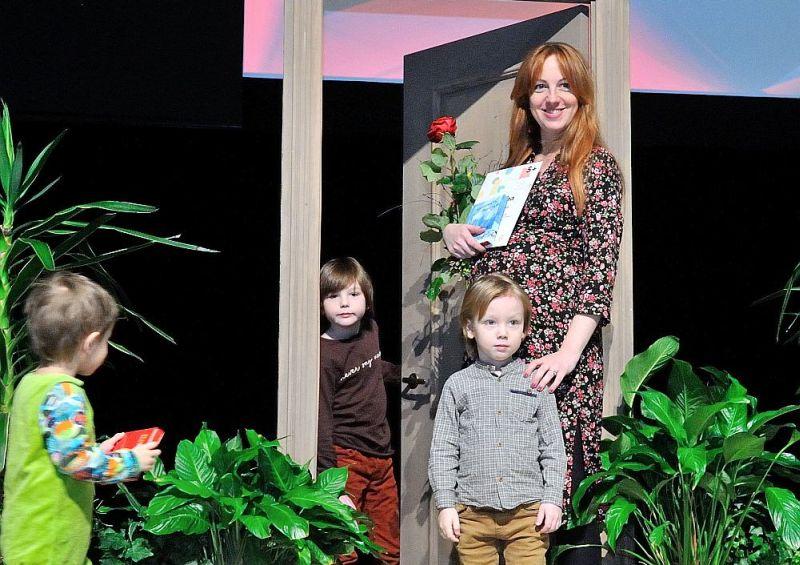 Laura Romanovska kopā ar dēliem šī gada Lielajos lasīšanos svētkos Nacionālajā bibliotēkā.