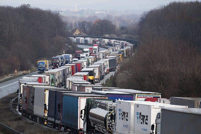 Uz vairākiem ceļiem Vācijas, Polijas un Lietuvas pierobežā izveidojušās garas automašīnu rindas, jo katram autovadītājam tur tiek veikta rūpīga medicīniskā pārbaude.