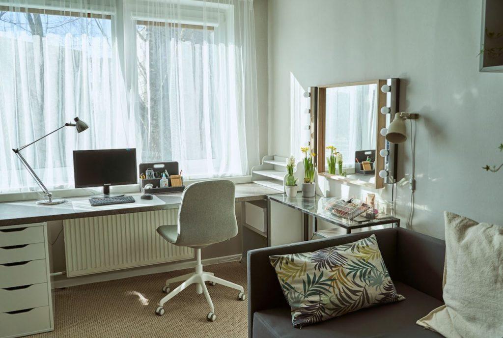 Kā iekārtot darbavietu mājās: padomos dalās dizainers.