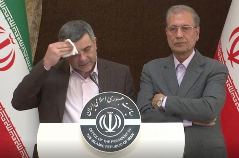"""Preses konferencē, kas pagājušonedēļ tika sasaukta, lai nomierinātu Irānas sabiedrību un pavēstītu, ka opozīcijas pārstāvji pārspīlē saslimušo skaitu Kumā, Irānas veselības ministra vietnieks Īradžs Harīrčī acīmredzami cieta no augstas temperatūras, spēcīgi svīda, smagi elpoja un kāsēja. Nākamajā dienā apstiprinājās, ka viņš pats ir inficējies ar """"Covid-19""""."""