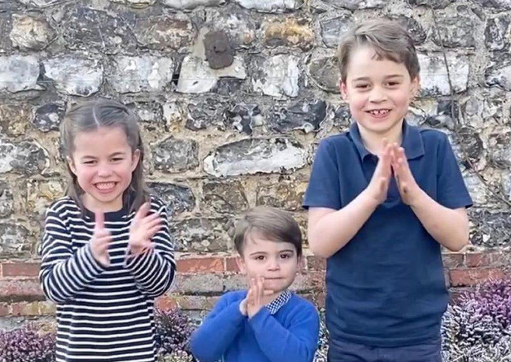No kreisās: četrgadīgā princese Šarlote, viengadīgais princis Luiss un sešgadīgais princis Džordžs.
