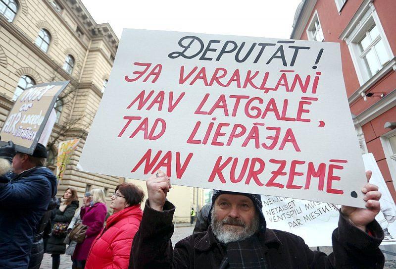 Protestējot pret iecerēto administratīvi teritoriālo reformu, martā pie Saeimas bija pulcējušies aptuveni 100 cilvēku, novēroja aģentūra LETA. Ļaudis bija no Jaunjelgavas, Ventspils, Varakļānu, Limbažu, Pāvilostas, Inčukalna, Stopiņu un citiem novadiem. Protestētāji uzvedās skaļi, izmantoja arī skaņu pastiprinošās ierīces. Viņi uzskata, ka reforma iznīcinās Latvijas novadus.