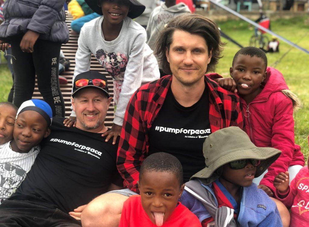 Latvieši bērniem Dienvidāfrikā uzbūvē velotrasi.