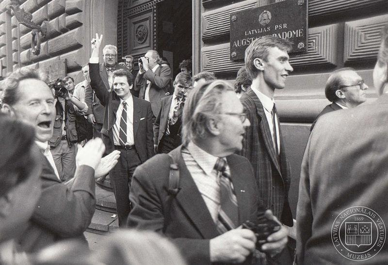 1990. gada 4. maijs. Latvijas PSR Augstākās Padomes deputāti pēc Deklarācijas par Latvijas Republikas neatkarības atjaunošanu pieņemšanas pie Augstākas Padomes (tagad Saeimas) ēkas.