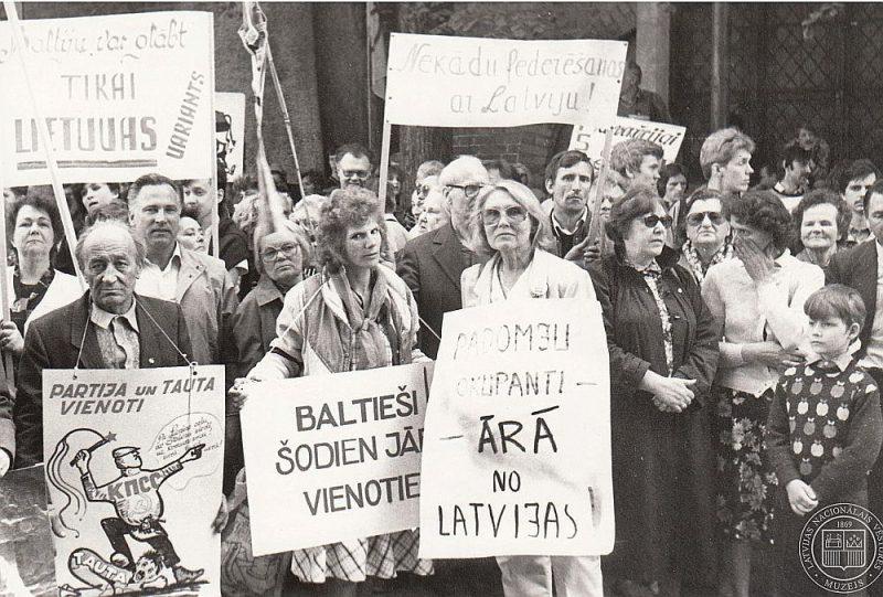 Cilvēki pie LPSR Augstākās Padomes (tagad Saeimas) ēkas Deklarācijas par Latvijas Republikas neatkarības atjaunošanu pieņemšanas laikā.