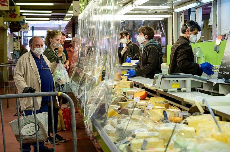 Leperosurmarnas tirgus paviljonā pārdevēji pircējiem sieru nodod tikai maskās, cimdos un aiz plastikāta priekškara.