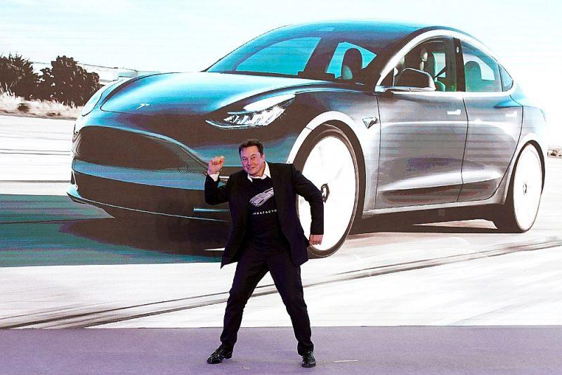 """""""Tesla Inc"""" prezidents Īlons Masks prezentē jauno """"Tesla"""" modeli Šanhajā, šā gada sākumā."""