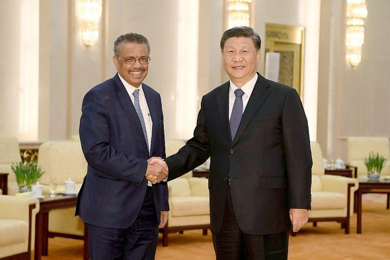 """Pasaules veselības organizācijas ģenerāldirektors Tedross Gebreiesuss (no kreisās), 28. janvārī Pekinā tiekoties ar Ķīnas prezidentu Sji Dzjiņpinu, uzslavēja Ķīnas valdību par """"atklātību informācijas apmaiņā par koronavīrusu un tā izplatību"""", bet Uhaņas pilsētā tajā laikā tika enerģiski apkarotas """"baumas"""" par jauno slimību."""