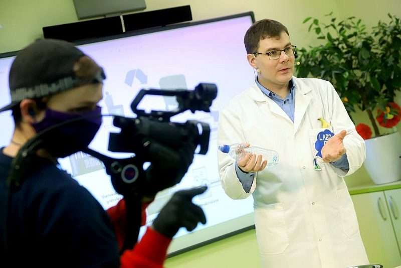 """""""Laboratorium zinātnes skolas"""" skolotājs Mārtiņš Gulbis filmējas video, kas palīdzēs skolēniem apgūt dabaszinības."""