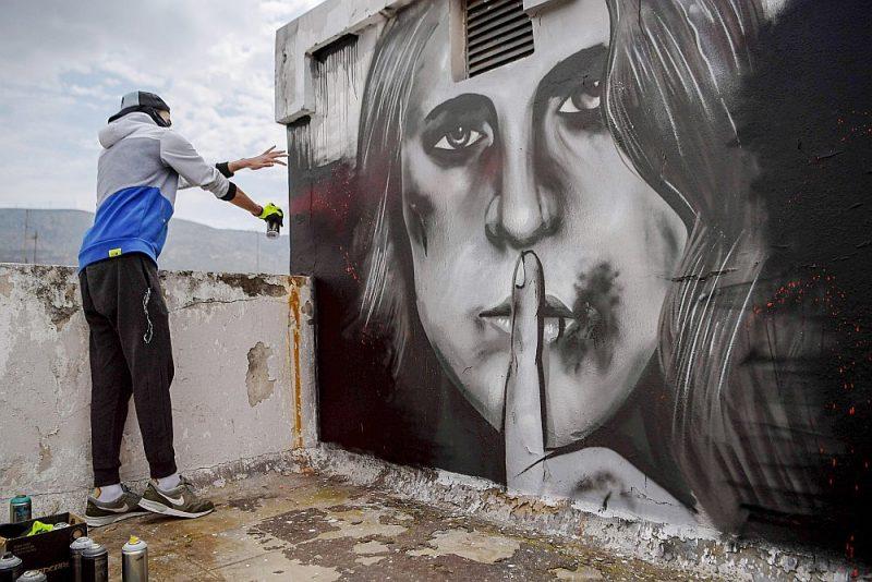 Sešpadsmitgadīgais grieķu grafiti mākslinieks S.F. 21. aprīlī pūš gleznojumu uz kādas ēkas jumta Atēnās, attēlojot sievieti ar savainojumiem uz sejas un ar pirkstu pār lūpām. Uz to viņu pamudināja pieaugošā vardarbība ģimenē, ko izraisījusi ilgstošā piespiedu karantīna.