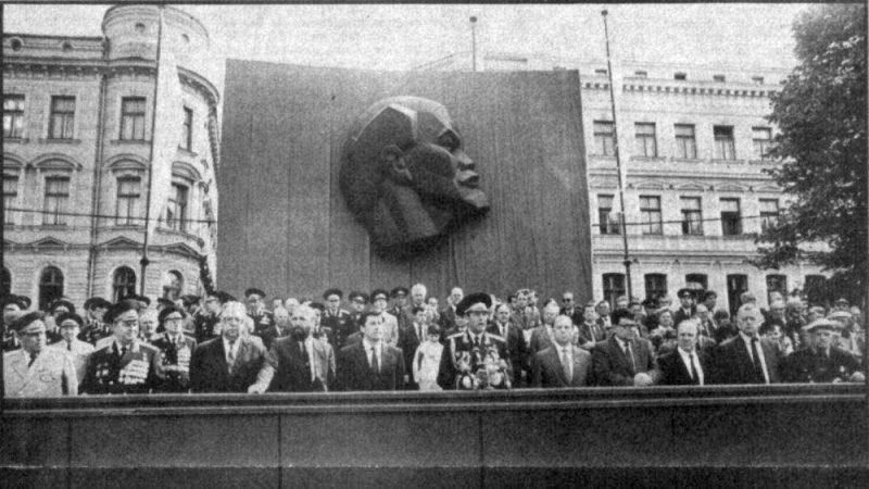 Pēdējā parāde pirms 30 gadiem Daugavas krastmalā.