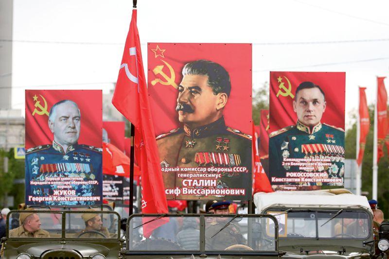 Militārā parāde Volgogradā ar PSRS vadoņa Staļina, maršalu Žukova un Rokosovska portretiem.