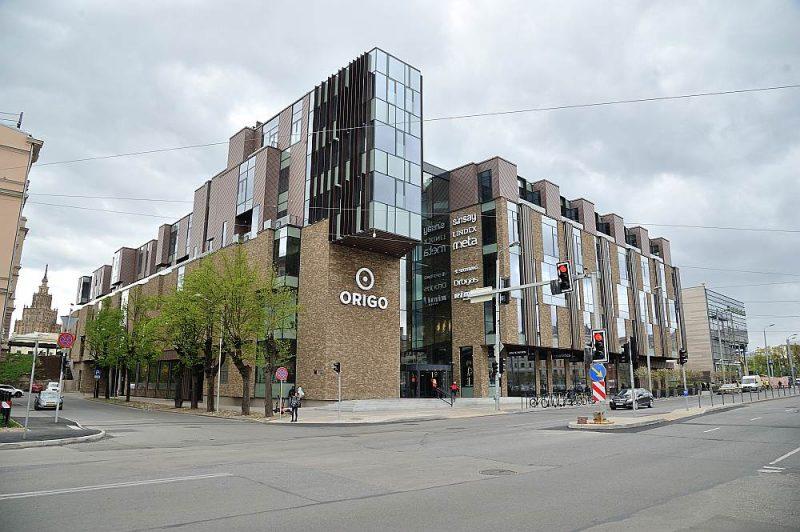 """Tirdzniecības centra """"Origo"""" jauno ēku Stacijas laukumā aizsedz vecā, tās profilu var redzēt tikai no Satekles ielas puses."""