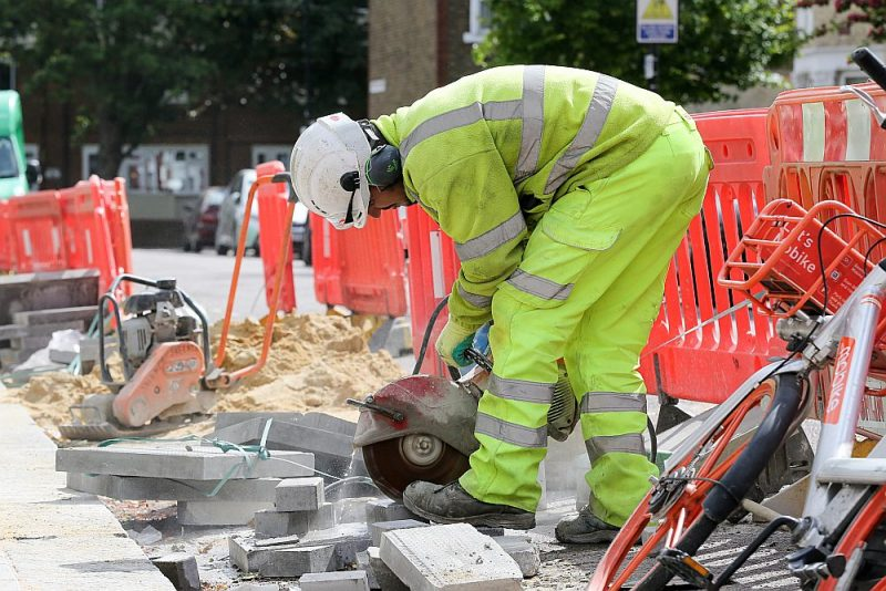 Britānijas premjerministrs Boriss Džonsons aicinājis celtniecības nozarē nodarbinātos atgriezties darbā, taču darbi Londonas ielās nav apstājušies ne uz brīdi.