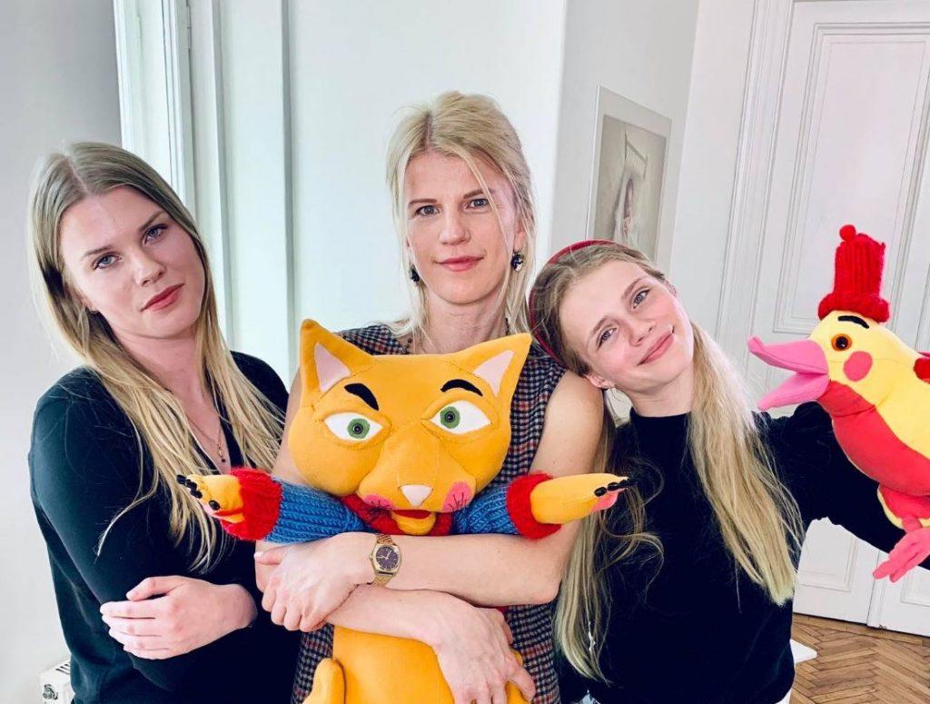 Daina ar meitām – Felicitu un Sofiju.