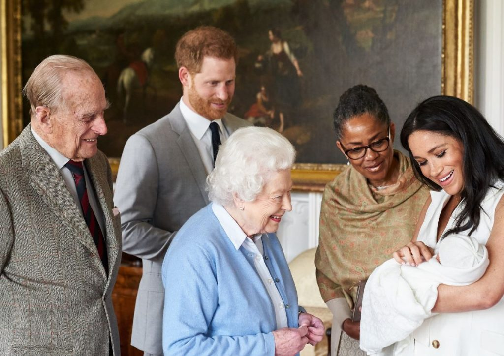 Karaliene Elizabete II tiek iepazīstināta ar prinča Harija un Meganas Mārklas tikko dzimušo dēliņu Ārčiju, 2019.gada maijā.