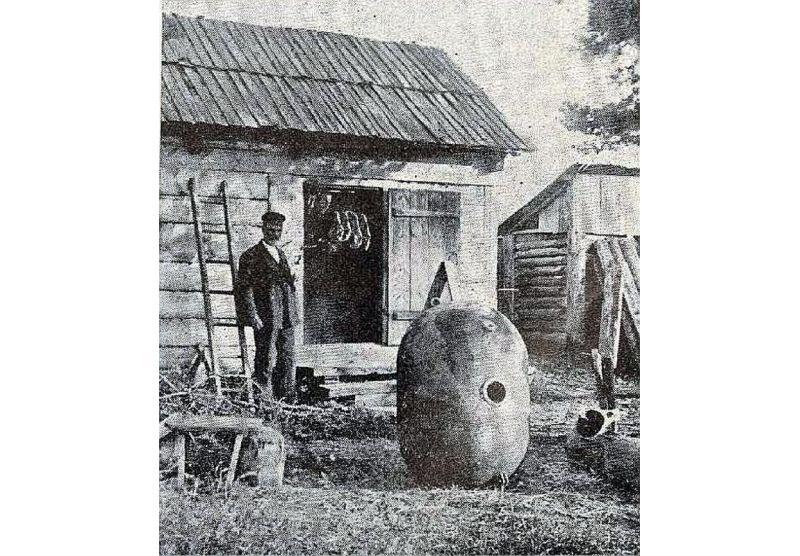 Zvejnieks pie 1925. gadā Ovīšos izskalotas mīnas.
