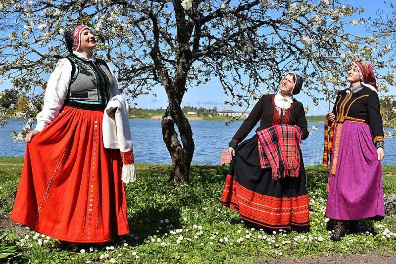 """Vakar valsts svētku dienā tautas tērpu uzvilka arī Pāvilostas novada Vērgales pagasta deju kolektīva """"Vērgalīte"""" dalībnieces – Guna Laumane (no kreisās), Anita Sprudzāne un Daiga Lapiņa. Pulcēšanas liegumi netika pārkāpti – visi diendienā dzīvo vienā mājā, Daiga un Anita ir māsas."""
