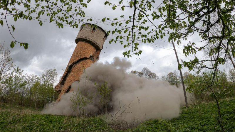 Karavīri Vaiņodē uzspridzina piecstāvu ēku un ūdenstorni