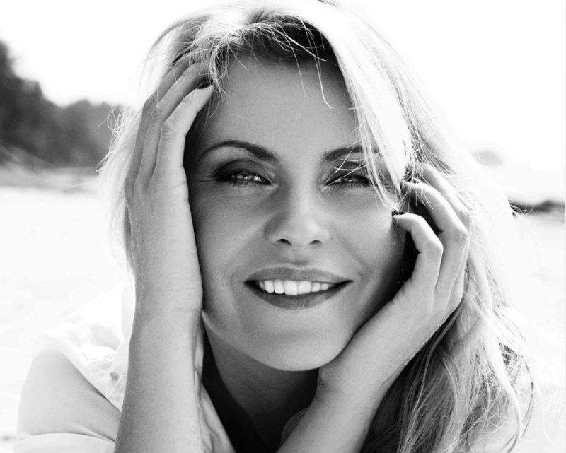 Aktrise un rotu dizainere Agnese Zeltiņa.
