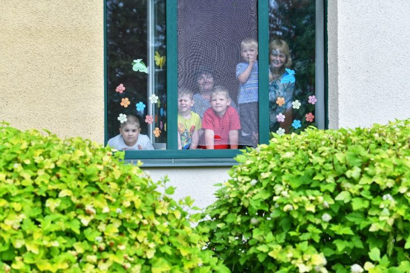 Ģimene pie loga. Ilustratīvs foto.