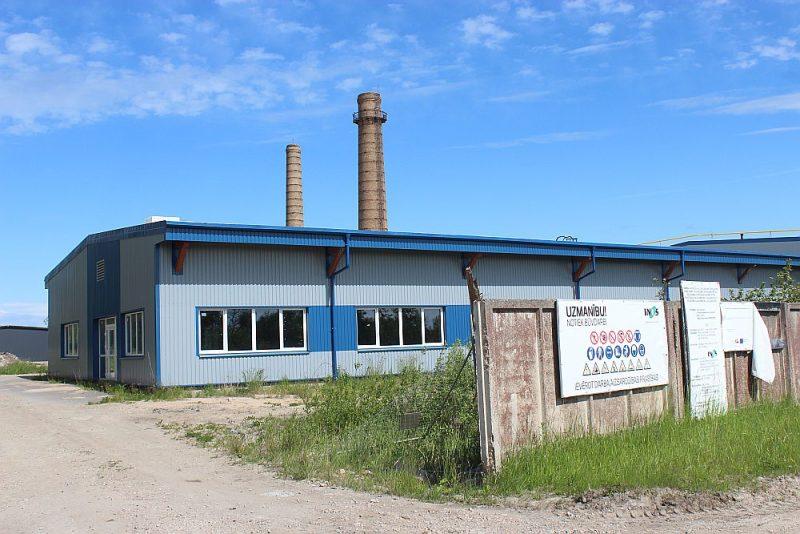 Uzraksts liecina, ka topošās akumulatoru pārstrādes rūpnīcas teritorijā Kalnciemā tikpat kā nemanāmi, tomēr notiek būvdarbi.