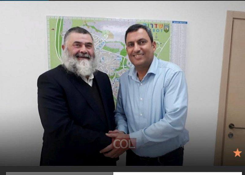 Rabīns Menahems Barkahans un Sderotas pašvaldības vadītājs Alons Davidi.