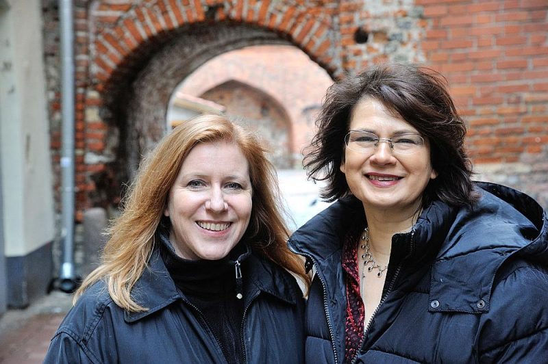"""Izstādes autores – mākslinieču duets """"Skuja Braden"""" – Ingūna Skuja (no labās) un Melisa D. Breidena."""