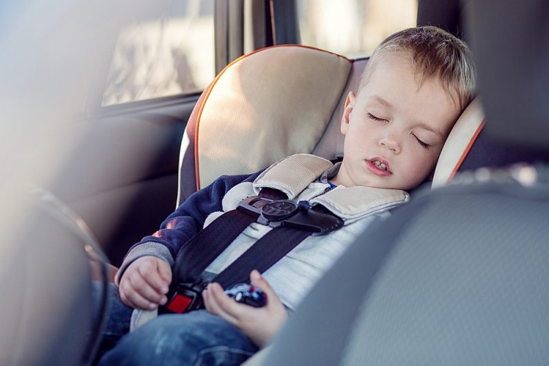 Karstā laikā bērnus nekādā gadījumā nedrīkst atstāt vienus automašīnā.