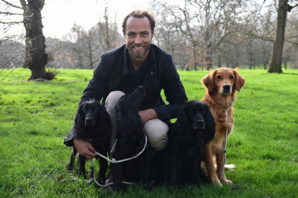 Džeimss Midltons ar saviem suņiem.