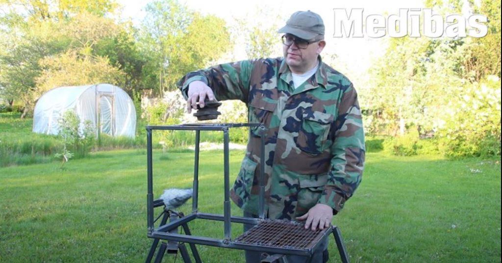 Indulis Burka demonstrē, kā uzmetināt pašam savu medību kanceli.