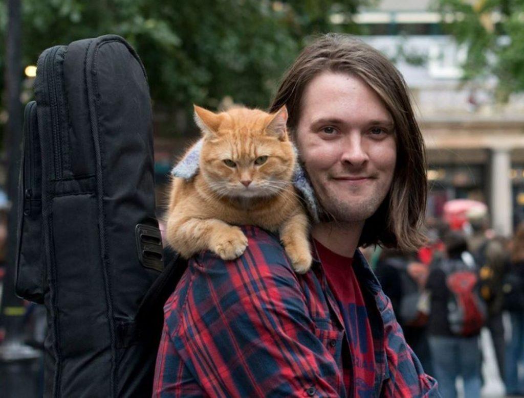 Ielu muzikants Džeims ar savu kaķi Bobu.