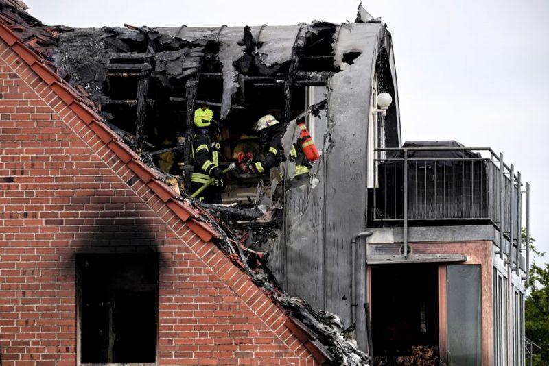 Vācijas ziemeļrietumos sestdien ultravieglai lidmašīnai nogāžoties uz dzīvojamā nama, dzīvību zaudējuši trīs cilvēki.
