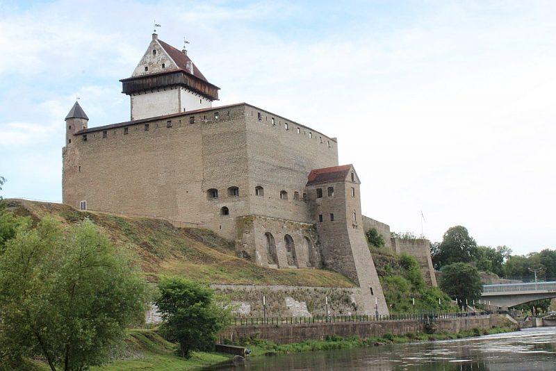 Narvas cietoksnis ir pilsētas galvenais tūrisma objekts. Pa tā šaujamlūkām paveras skats uz upes pretējā krastā esošo Ivangorodas cietoksni Krievijā.