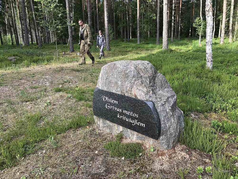 Piemineklis lielākajā partizānu kaujā Stompaku purvā 1945. gada 2. martā kritušajiem cīnītājiem pret padomju okupantiem starp Balviem un Viļaku.