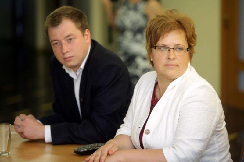 Cēsu novada pašvaldības Komunikācijas nodaļas vadītājs Kārlis Pots un Talsu novada domes priekšsēdētāja vietniece Sandra Pētersone piedalās preses konferencē.