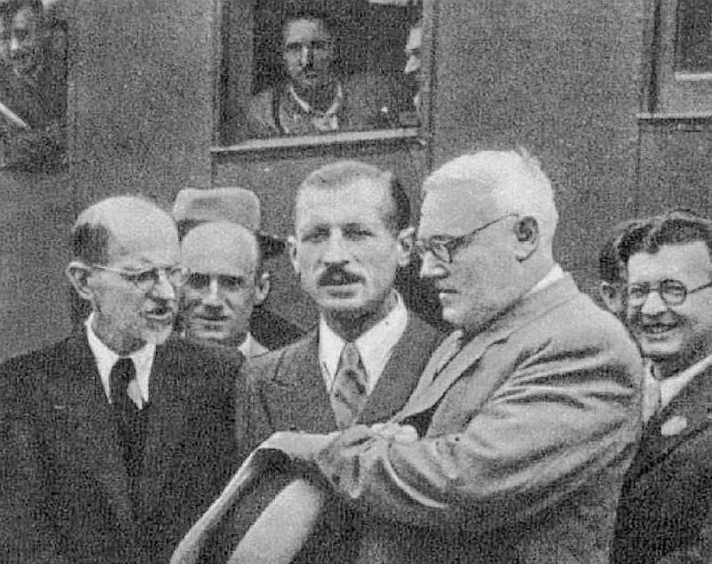 """Andrejs Višinskis (otrais no labās), nokārtojis """"lietas"""" Rīgā, 1940. gada 26. jūlijā aizbrauc uz Maskavu. Viņam līdzās pa kreisi sabiedrisko lietu ministrs Pēteris Blaus, izglītības ministra vietnieks Pēteris Valeskalns un marionešu valdības galva Augusts Kirhenšteins."""