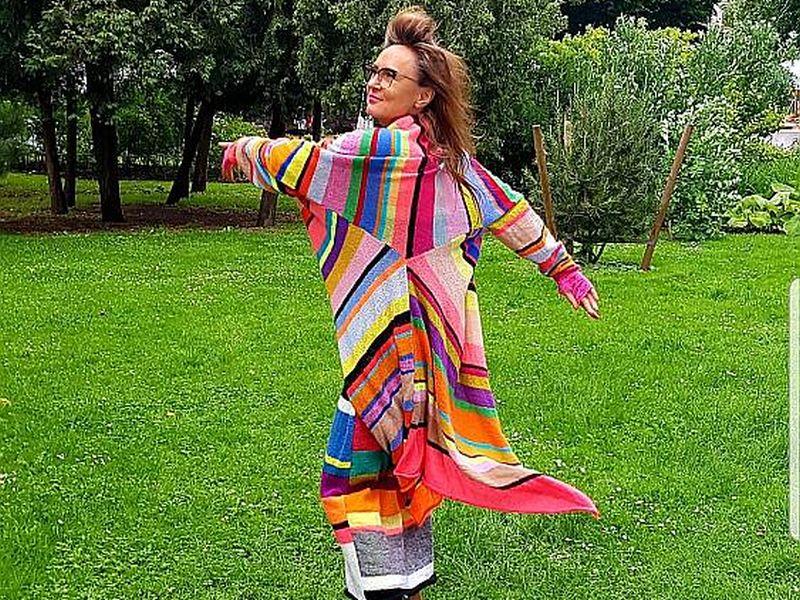 Ilze Egle demonstrē savu džemperkleitu, kurā savietotas Vidusjūras dabas un itāļu mentalitātes krāsas.