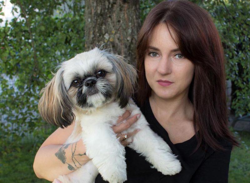 Elviss ir nebēdnīgs, mīlošs un uzticīgs, īsts ģimenes suns– kompanjons; seko visur, kur vien iespējams. Sargā māju, rej, kad ierauga svešiniekus. Labi satiek ar bērniem un citiem mājdzīvniekiem, atzīst saimniece Irēna.