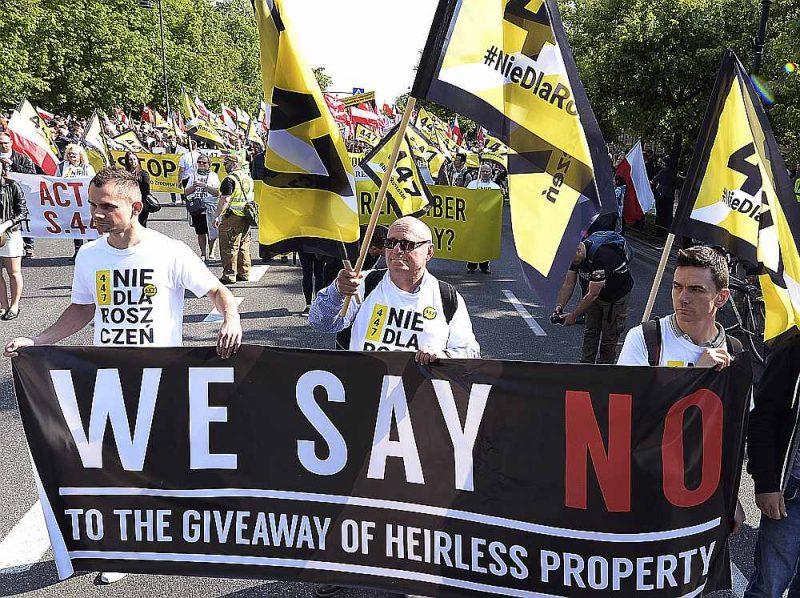 Protesta demonstrācija Polijā 2019. gada 11. maijā. Tūkstošiem poļu nacionālistu devās gājienā uz ASV vēstniecību Varšavā, iebilstot pret to, ka ASV izdara spiedienu uz Poliju, lai kompensētu zaudējumus ebrejiem.