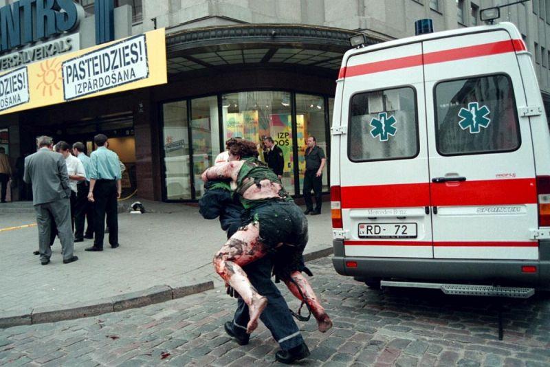 """Tas bija skaļākais terora akts atjaunotās Latvijas vēsturē: pirms divdesmit gadiem, 2000. gada 17. augustā, sprādzieni satricināja universālveikalu """"Centrs"""", kas pēc darba dienas beigām bija pilns ar cilvēkiem. Vairāk nekā trīsdesmit cilvēku tika ievainoti, viena sieviete gāja bojā. Šī nozieguma izmeklēšana joprojām turpinās, taču cerības atrast un sodīt vainīgos ar katru gadu kļūst arvien mazākas."""