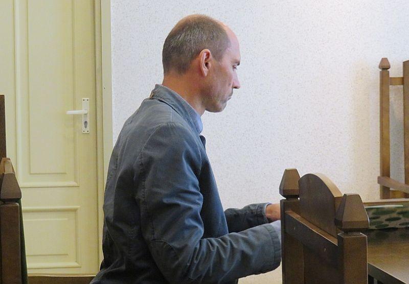 Draudzes vadītājs Valdis Simsons tiesas sēdē Cēsīs.