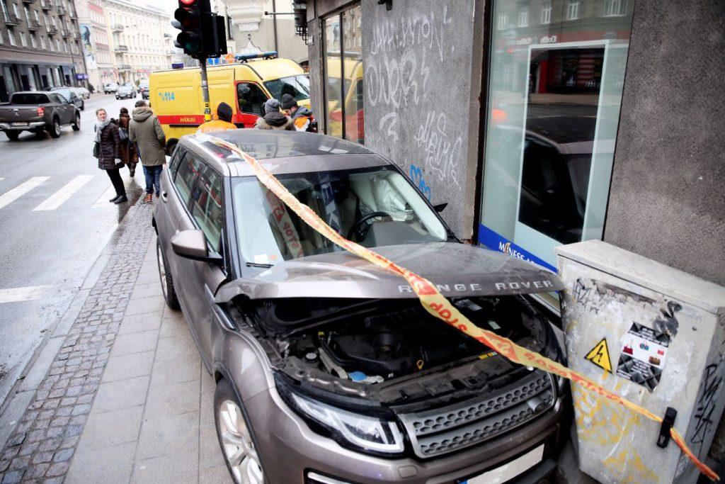 """Ceļu satiksmes negadījums Stabu un Brīvības ielu stūrī, kurā automašīna """"Range Rover"""" pēc sadursmes ar gāzes avārijas dienesta mikroautobusu iebraukusi pie mājas sienas esošajā elektrības skapī."""