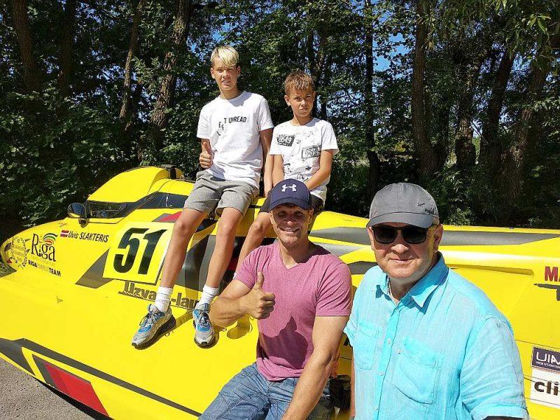 Trīs Slakteru paaudzes ātrumlaivu sportā – lejā no kreisās Uvis un Atis, augšā Nils un Ardis.