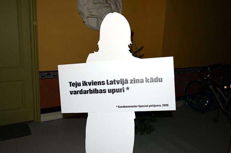 """Vardarbība ģimenēs un uzskats, ka tā ir ģimenes iekšējā lieta, Latvijā ir izplatīta problēma: Attēlā: 2017. gadā notika kampaņa """"Sitieni pie kaimiņiem un savējiem skar arī Tevi"""", kuras mērķis bija vērsts uz tolerances mazināšanu pret vardarbību ģimenē, īpaši akcentējot līdzcilvēku – kaimiņu un tuvinieku – lomu."""